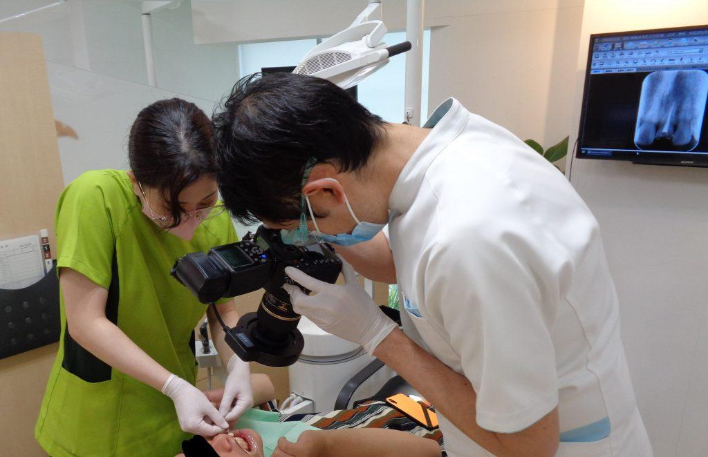 天然歯に近い被せ物を作る為の写真撮影
